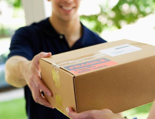 Truffa del pacco postale, attenti al finto messaggio del corriere: cosa c'è da sapere